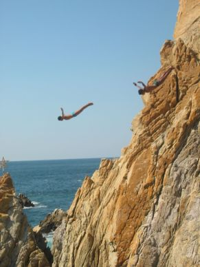 cliffdivers_in_la_quebrada_acapulco_guerrero_mexico